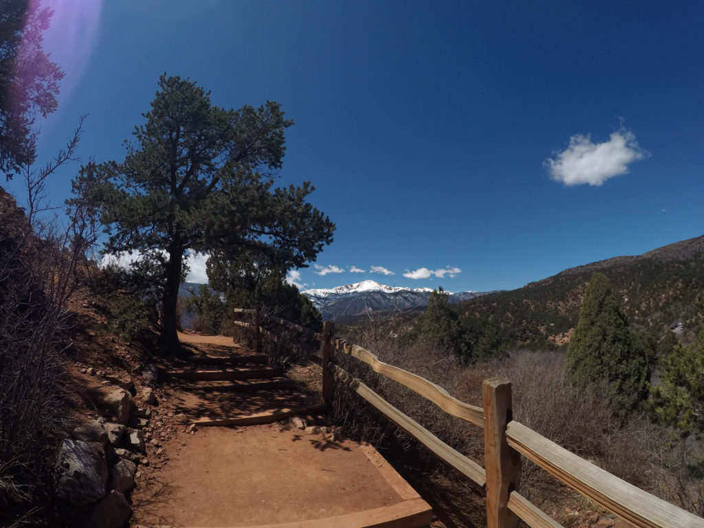 Garden-of-The -Gods-Colorado-Springs-trees-mountains-red-rocks-nature-national-park-blue-sky-clouds